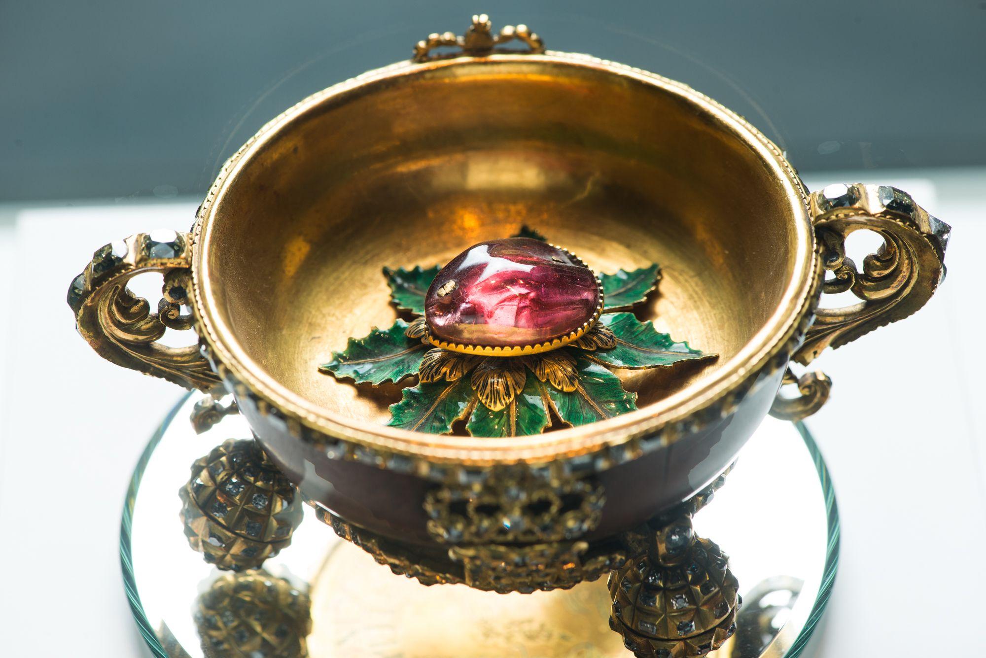 Чарка. Москва. 1709 г. Золото, бриллианты, алмазы, рубиновая шпинель, эмаль, ореховый кап; резьба, чеканка.