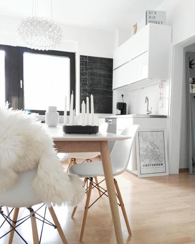 Weiße Küche mit Essplatz! #küche #esstisch #eames #kitchen #schwarz ...