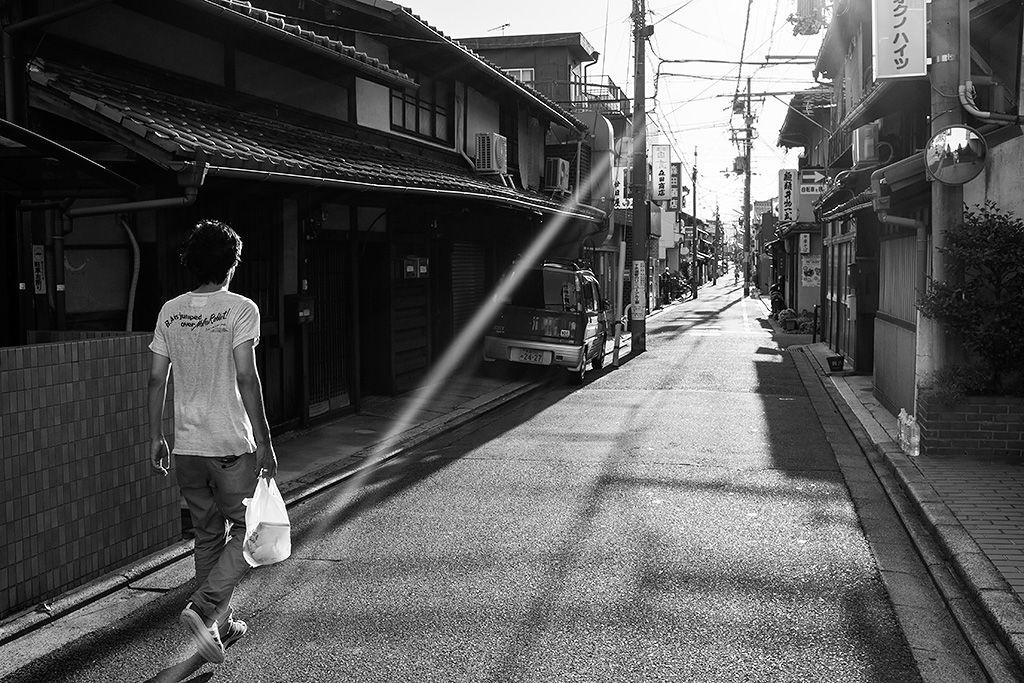 Fórmula para una fotografía: Nishijin, Kyoto, Agosto 2014. Descubre cómo se hizo esta imagen de street photography, qué ajustes se emplearon y cómo se escogió el momento y la composición.