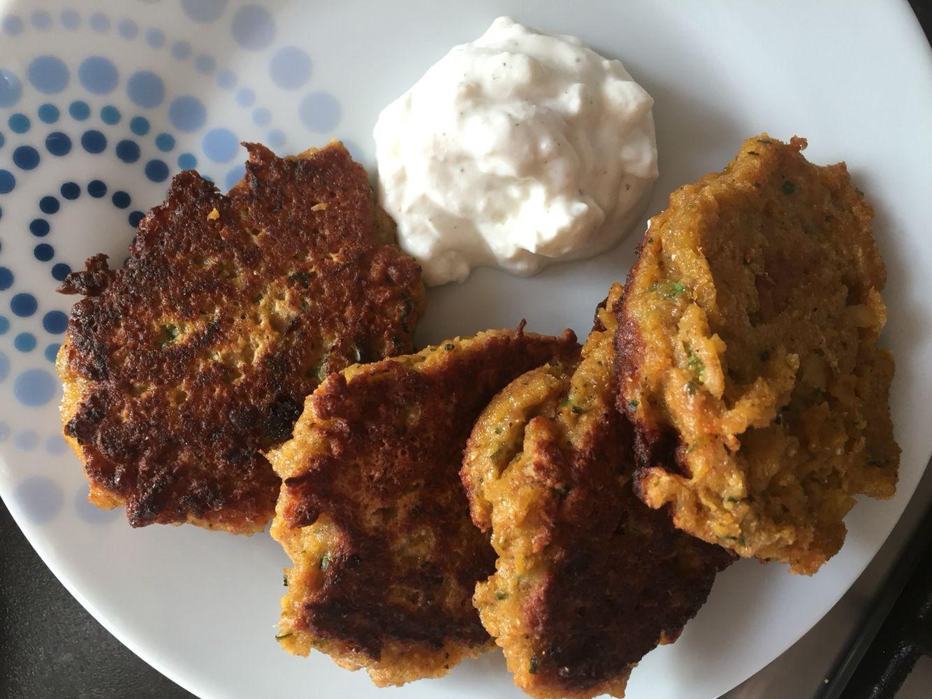 Sweet potatoe patties with garlic - yogurt dip