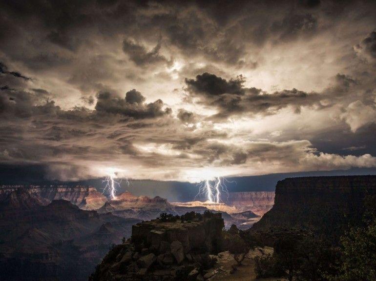 """Le 30 août, Rolf Maeder était venu photographier le coucher de soleil sur le Grand Canyon, mais la météo ayant tourné à l'orage, c'est avec de spectaculaires images d'éclairs que le photographe est reparti. Cliché pris depuis Moran Point, sur la rive sud du site. Voir aussi notre galerie grand écran """"Orages, éclairs : 18 photos foudroyantes"""". (Rolf Maeder/Rex Features)"""