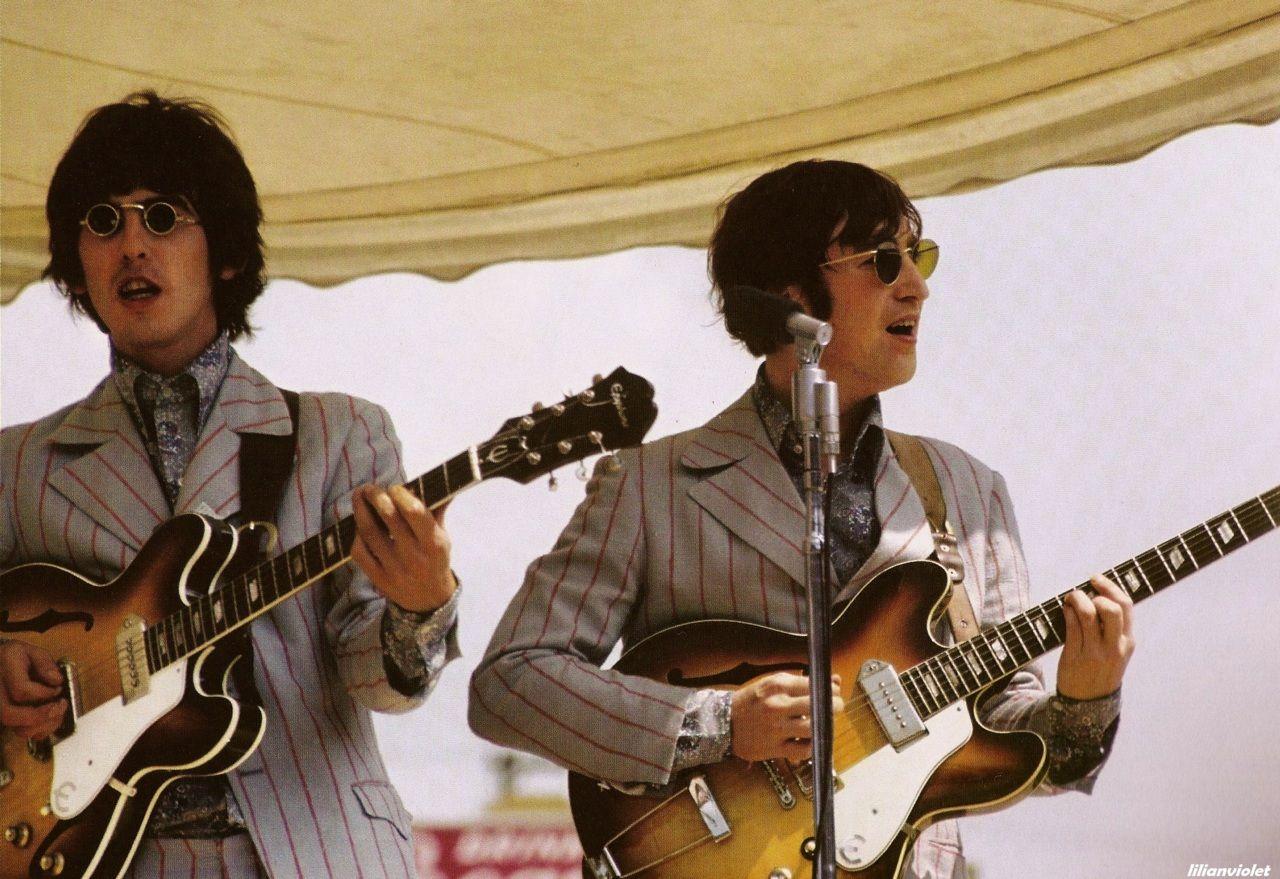 George Harrison y John Lennon tocando en Crosley Field (Cincinnati, Ohio), el 21 de agosto de 1966.