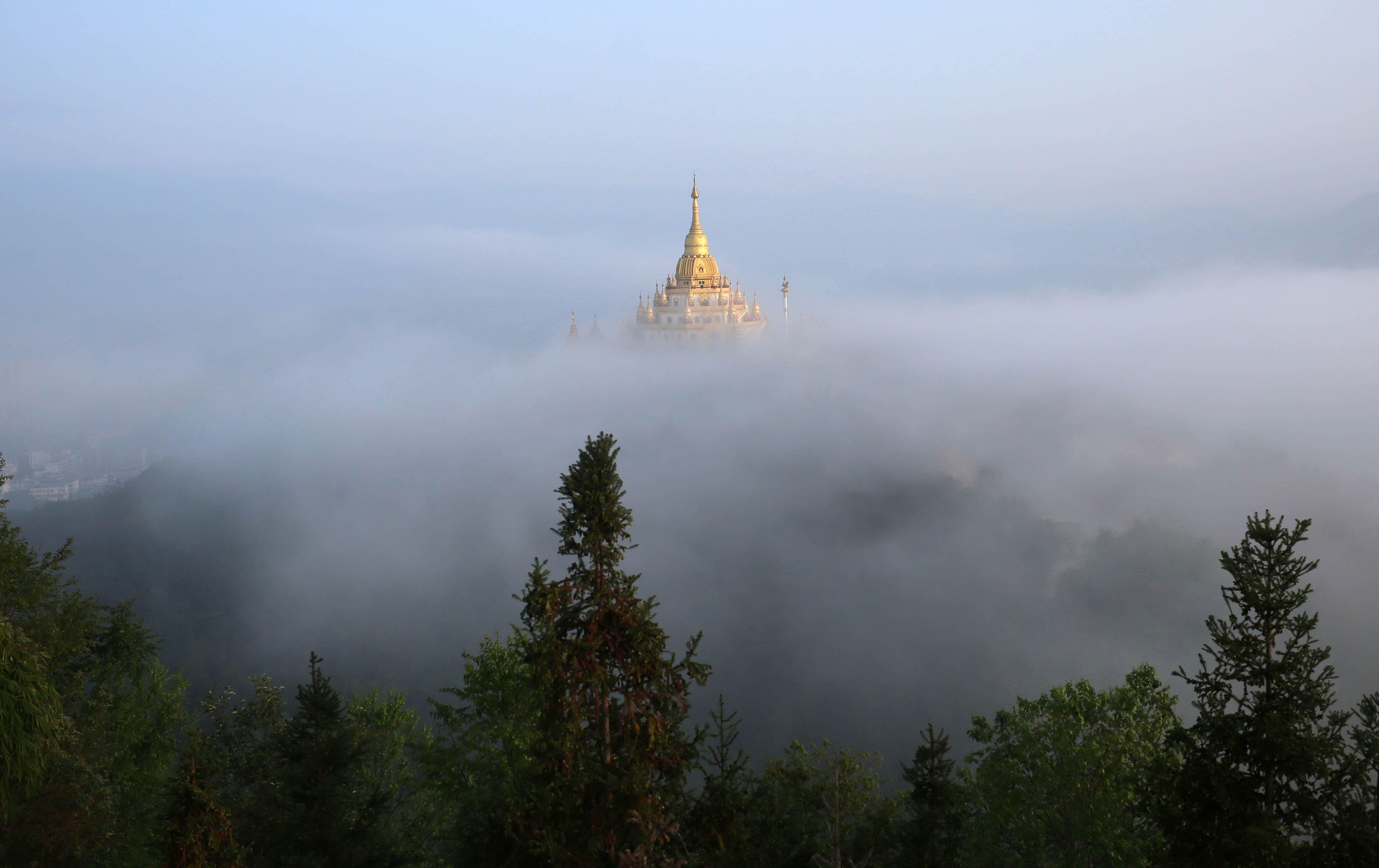 Pagode Menghuan, na província de #Yunnan, sudoeste da #China; o local é um #templo budista localizado a uma altura de 73 metros. Foto: Hao Yaxin/Xinhua.
