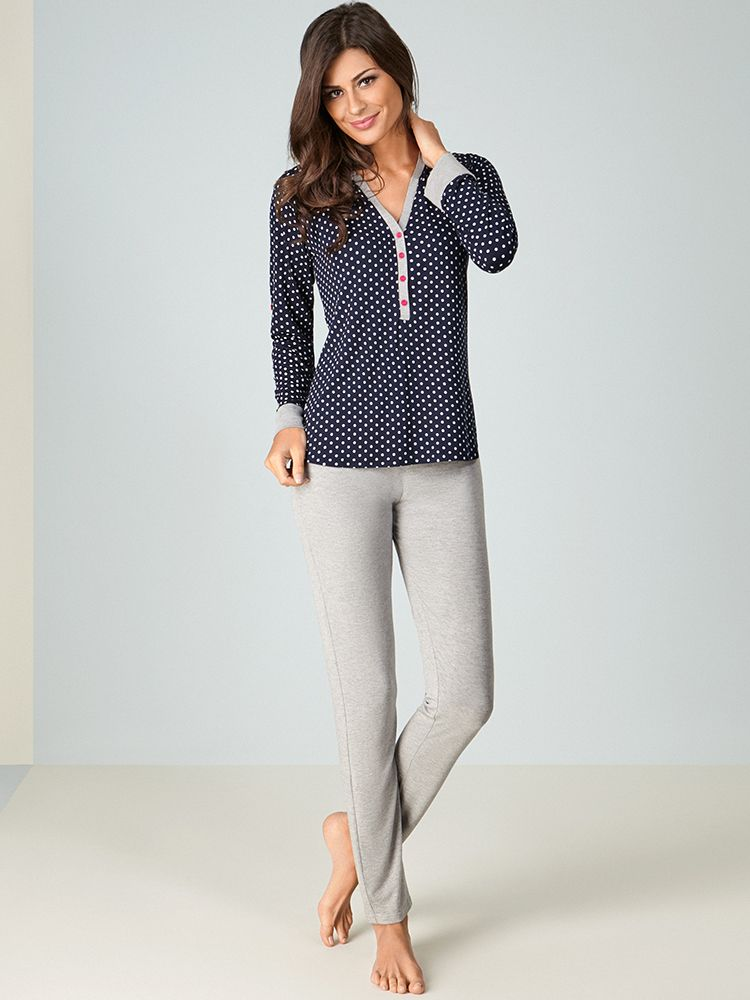 Traga sofisticação e conforto para a sua maternidade! O pijama vem com  estampa clássica de 166145895e52a