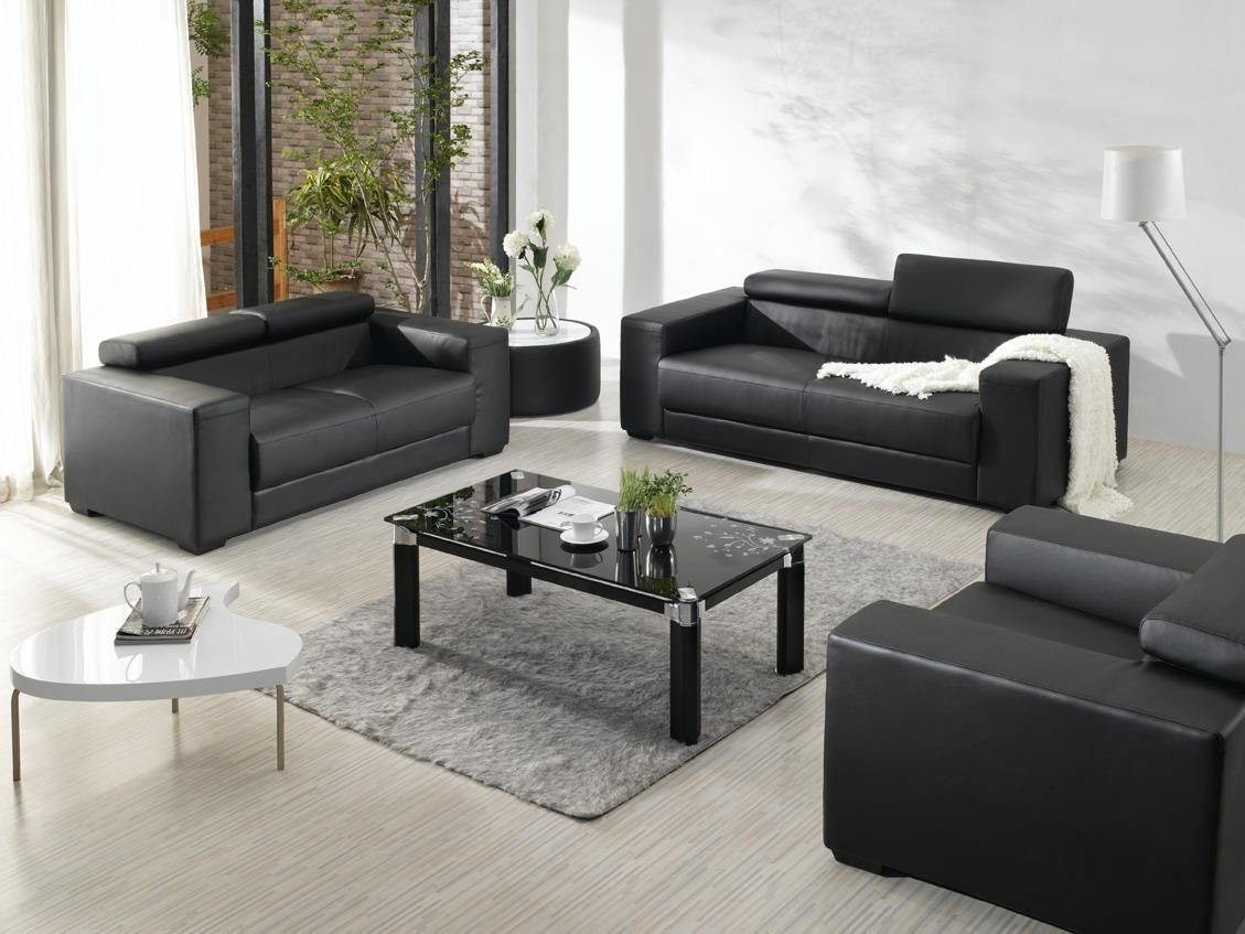 Modern and contemporary furniture decoration ideas in the living room design with black leather sofa and modern black glass table on the gray rectangle rug