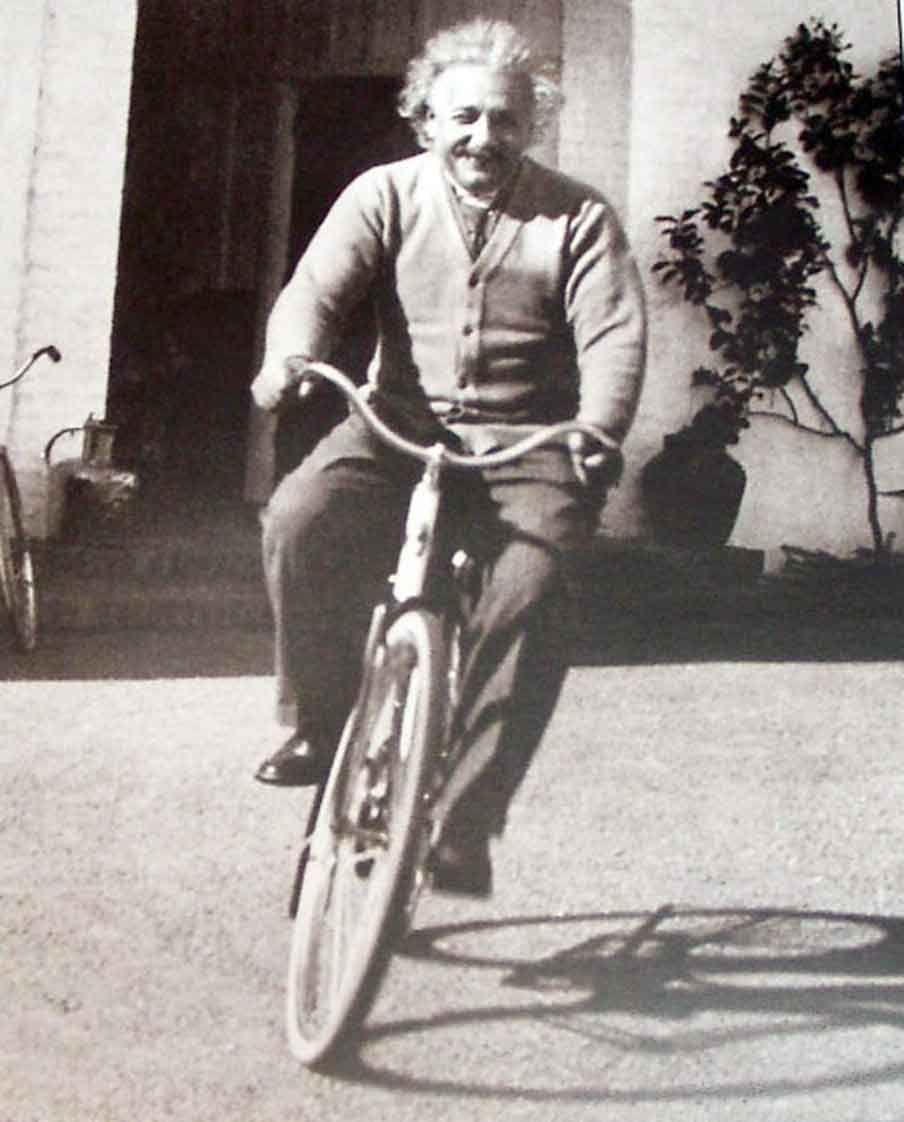Una raccolta di personaggi più o meno famosi immortalati in sella (o di fianco) a una bicicletta, chi pedalando sul serio e chi semplicemente in posa.