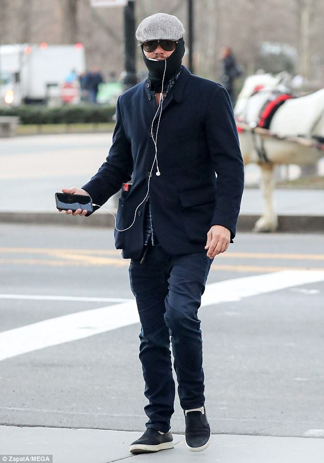 Catch Me If You Can Leonardo Dicaprio Was Seen Attempting To Go Incognito In A Balaclava While Out And About I Leonardo Dicaprio Leonardo Dicapro Leo Dicaprio