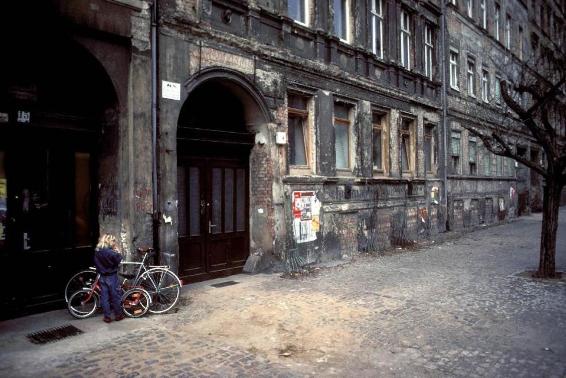 Fassaden in der Oderberger Straße, Prenzlauer Berg im März 1993. | Prenzlauer  berg, Berlin, Berlin geschichte