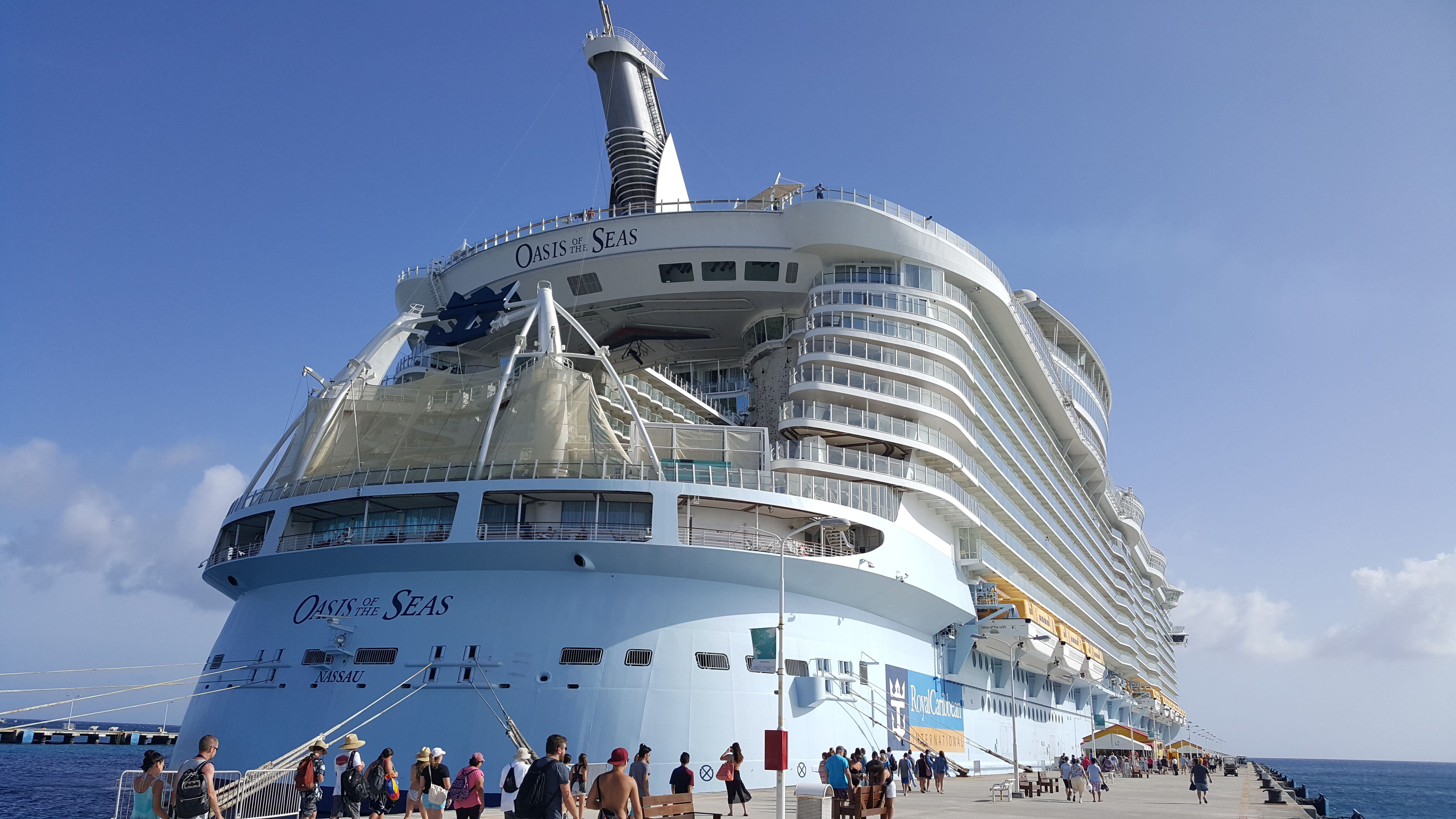 The Royal Caribbeans Oasis Of The Seas The Largest Cruise Ship - Cruise ships charleston sc