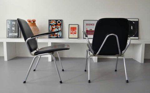 Originele vintage gispen u de wit fauteuils in zwart leer
