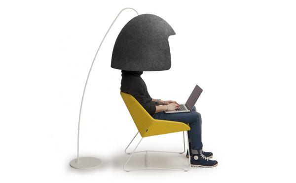 「オフィスで周りの環境が気になって集中できない…」そんなときにぴったり(!?)なアイテムを発見しました! 北欧・フィンランドの家具ブランド「Vivero」が手掛けた「Tomako」は、巨大なヘルメットをスタンドにひっかけたような物体。 ・プライベートな空間を確保 しかし、ひとたびその下にもぐり込めば、小さなプ