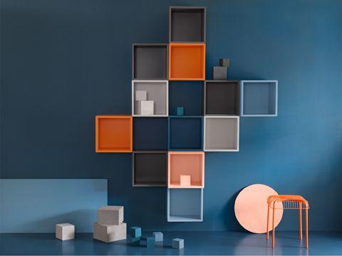 Eine blaue wand u a mit eket schrankkombination f r wandmontage bunt gemeinschaftsraum - Kinderzimmer regal bunt ...