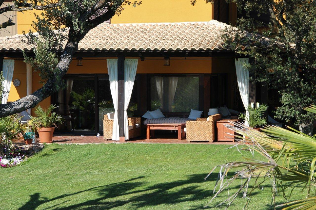 terraza porche exterior zona lounge chill out con jardn Chalet en