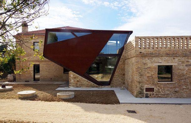 The building in Chieti – a small town in the Abruzzo region in Italy – renovated by Italian architect Rocco Valentini.