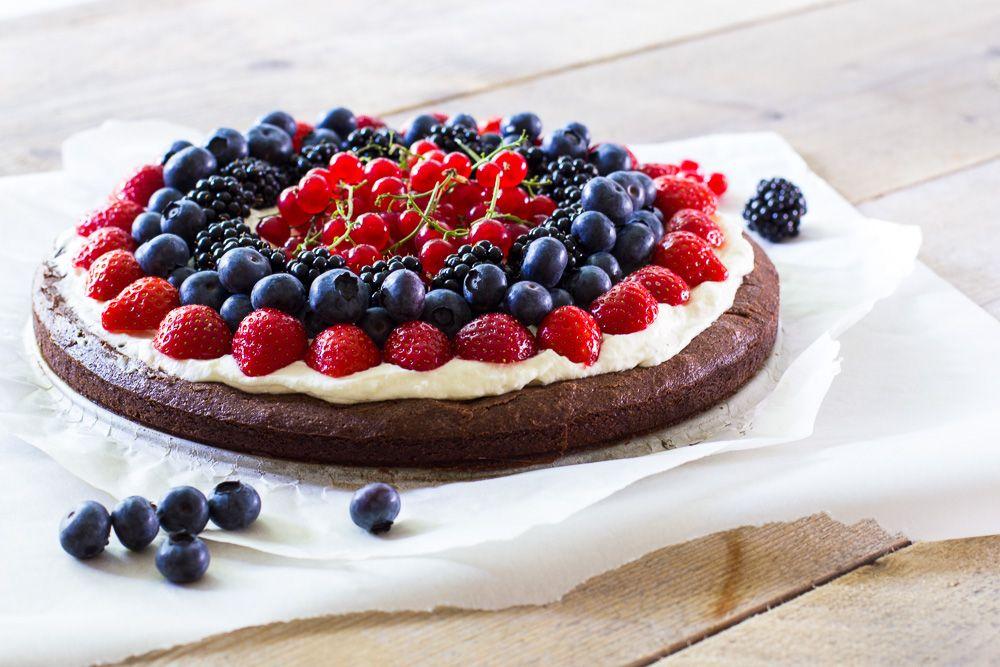 Vind je brownies te normaal of saai om voor een feestje te maken? Dan is deze browniepizza met rood fruit en slagroom een absolute aanrader!