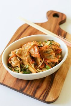 Bibim Mandu (Korean Dumpling Salad) | MyKoreanKitchen.com #mykoreankitchen #koreanfood #potstickersalad #dumplingsalad #appetizer