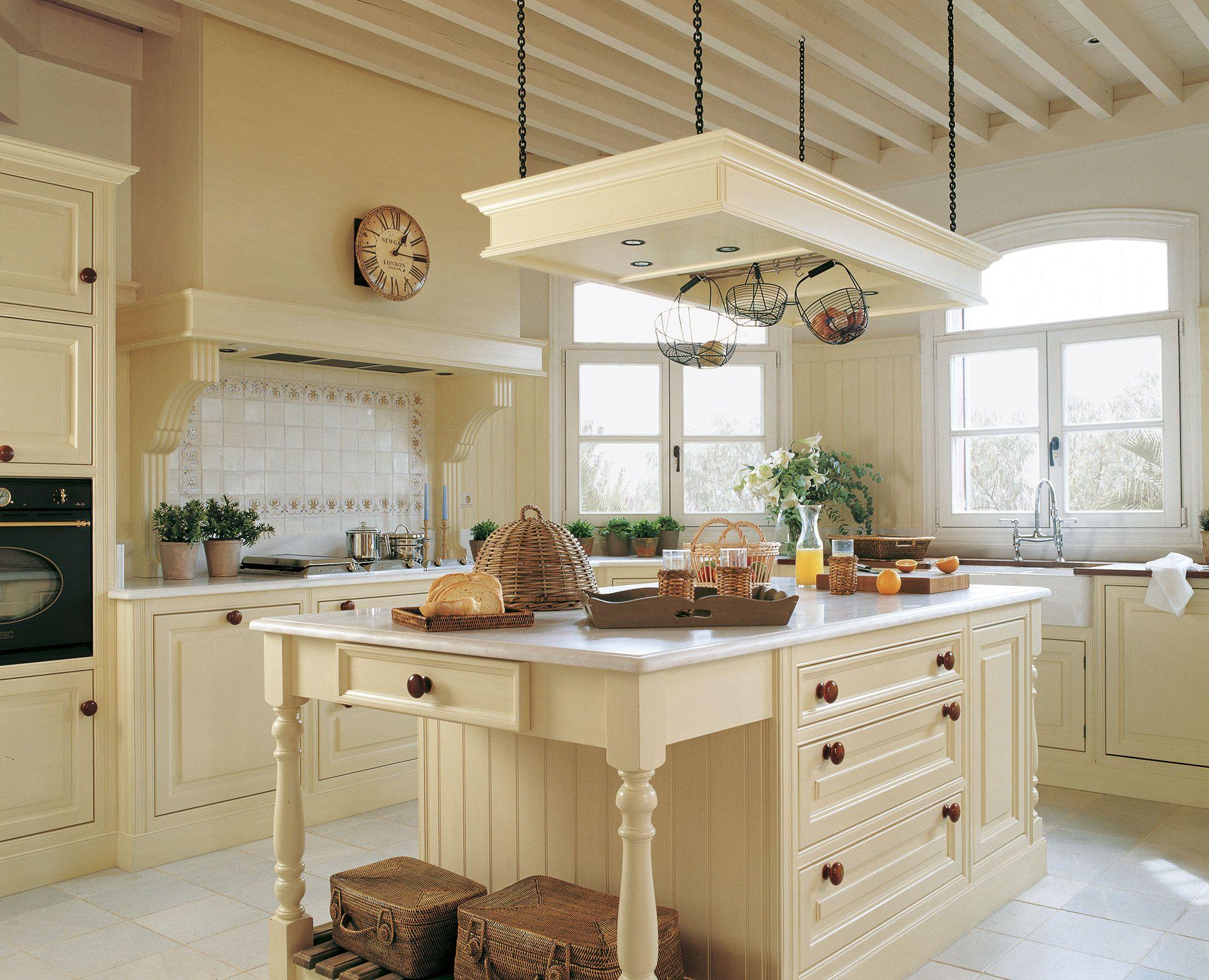 Cocina en color crema con isla y campana de obra casa y for Modelos de islas para cocinas pequenas