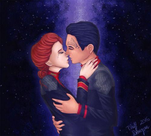 """plushdragon: """"de Kathryn e Chakotay beijo reunião de"""" The Tide Eterno """".  Eu amei essa cena soo muito ☺️ Não tenho certeza sobre o cabelo de Janeway, mas IIRC o livro disse algo sobre ela """"usar o cabelo em um rolo na nuca de seu pescoço"""" """""""