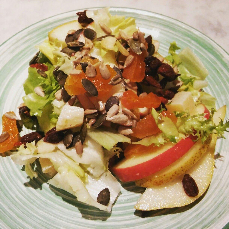 Questa insalata con l'indivia, le bacche di goji, i semi di girasole, le mele, le pere, le albicocche secche e tanti altri buoni ingredienti l'ho preparata per la prima volta qualche sera fa a cena ed è stata una vera sorpresa. Molto gustosa! #meranoinpadella