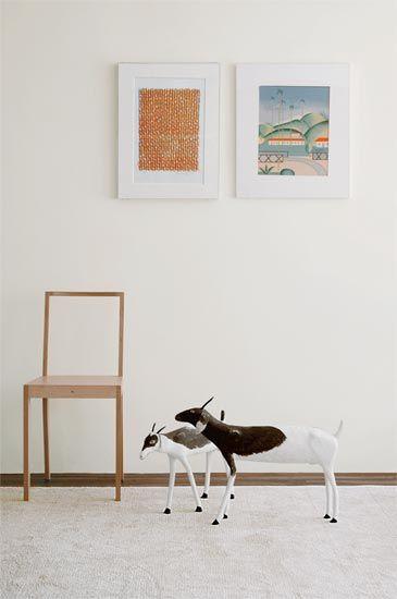 Sem competir com as obras e formando moldura perfeita, o branco predomina nas paredes de galerias de arte. Por isso, nesta residência de colecionadores, ele envolve cabritas de madeira do paraibano Josiel e gravuras de Tarsila do Amara, destacando o que realmente importa. Proposta do designer Marcelo Rosenbaum