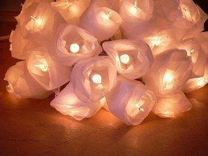 Guirlande lumineuse, Sido création - Comment bien éclairer sa maison? - Guirlande blanche avec ampoules lovées dans des fleurs de papier de soie. Elle peut être disposée sous de multiples formes. Idée lumineuse : Rassemblez toutes les petites lampes en un ravissant bouquet...
