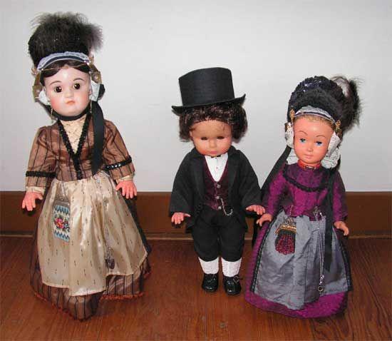 Poppen aangekleed in West-Fries kostuum.