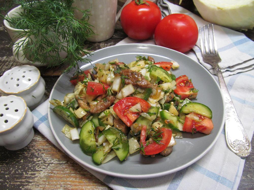 Салат из капусты с жареной свининой огурцом и помидором ...