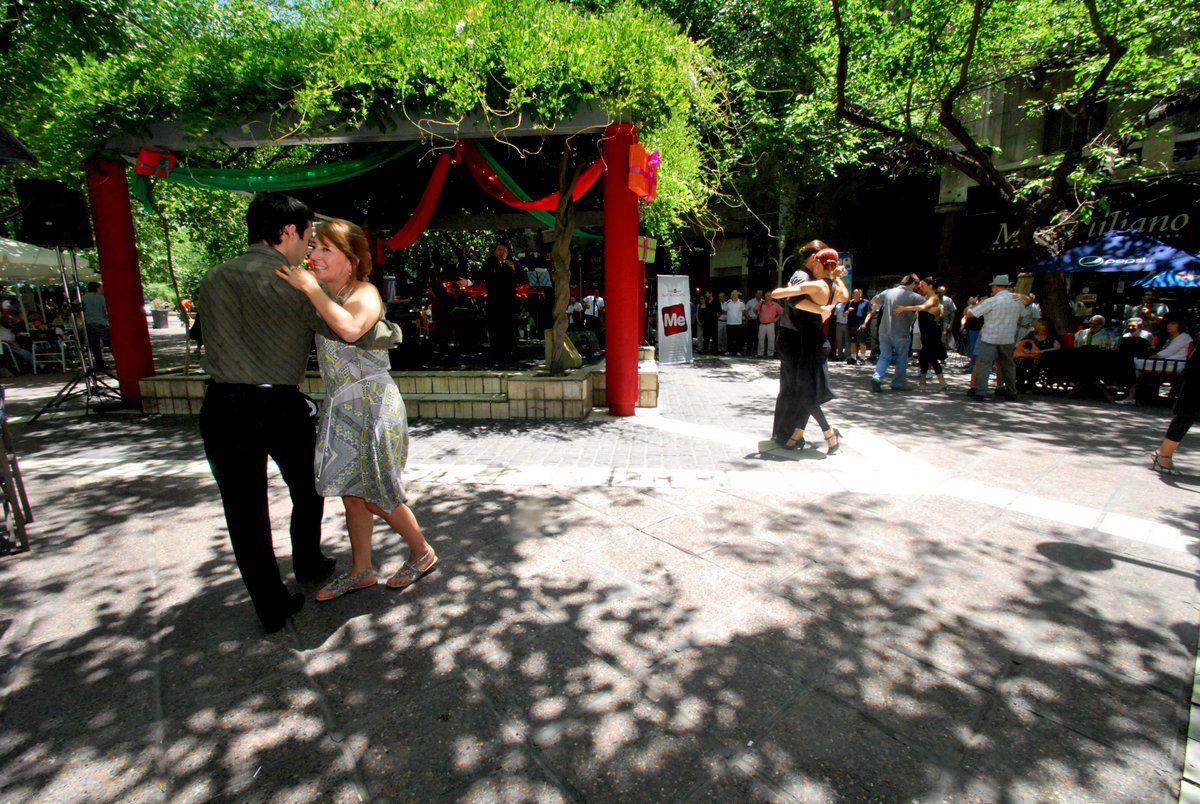 Música y baile al paso - Peatonal Sarmiento