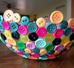 Blow up a ballon, cover the bottom with glue, then stick buttons to it. Let dry, then pop the balloon! Awesome DIY bowl! #DIY