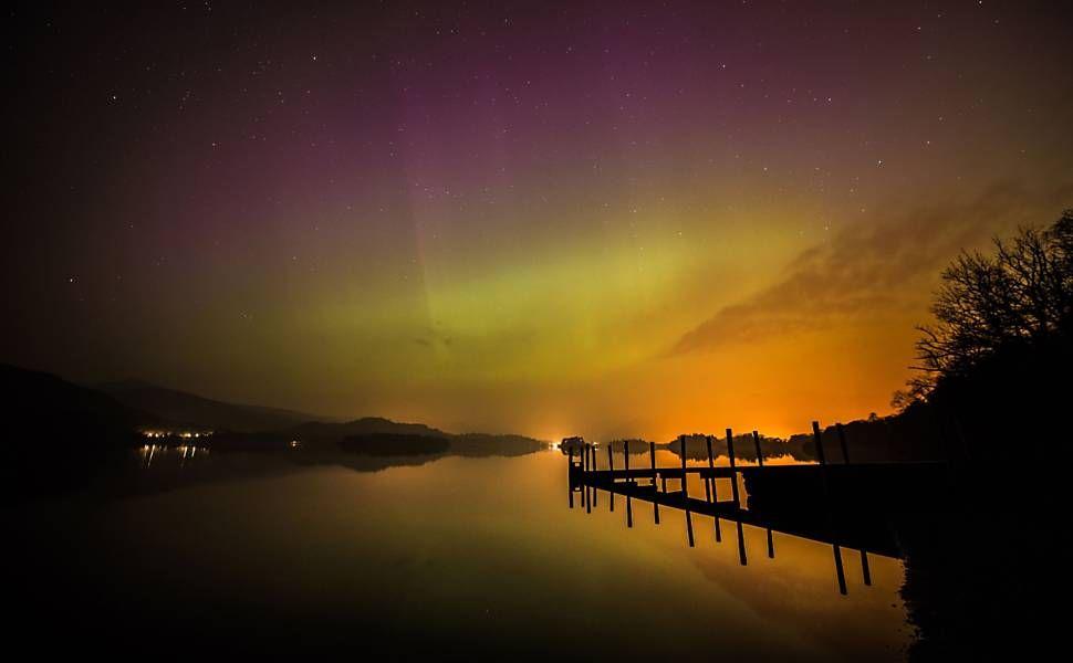 Aurora boreal é vista sobre a água do rio Derwent, na Inglaterra. Foto: Owen Humphreys/Associated Press.