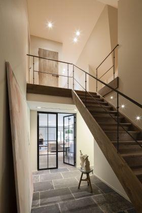 Stalen balustrade trap witgeschilderde trap stalen deuren tussen gang en eetkamer dallen - Gang met trap ...
