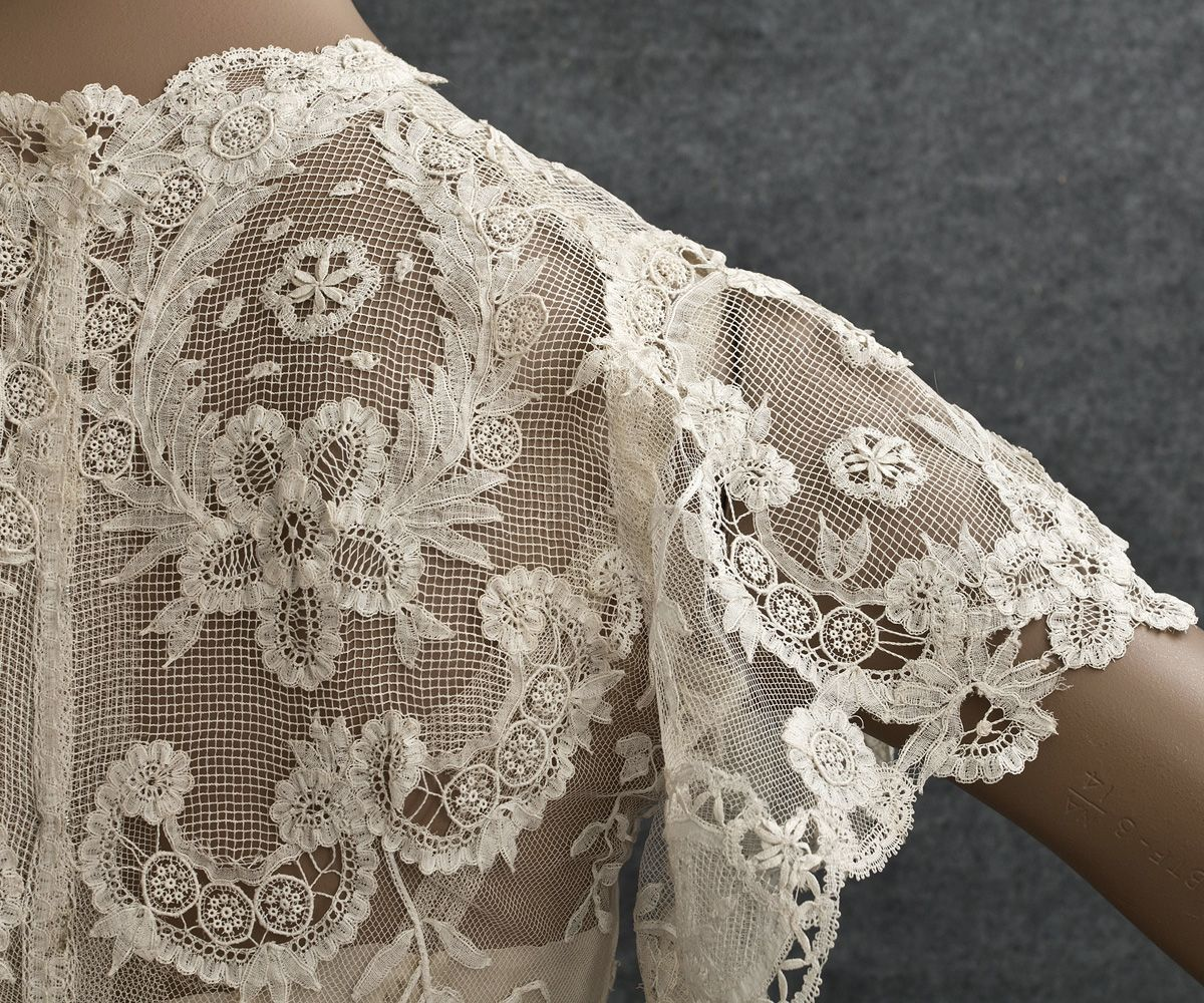 Ivory cotton tulle handappliquéd with sprays of princess lace