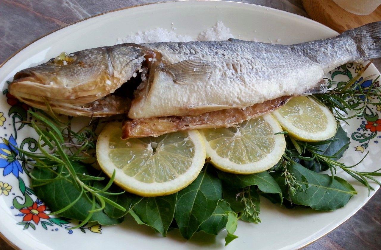 Lubina al horno a la sal spigola al sale sea bass in - Salsa para lubina a la sal ...