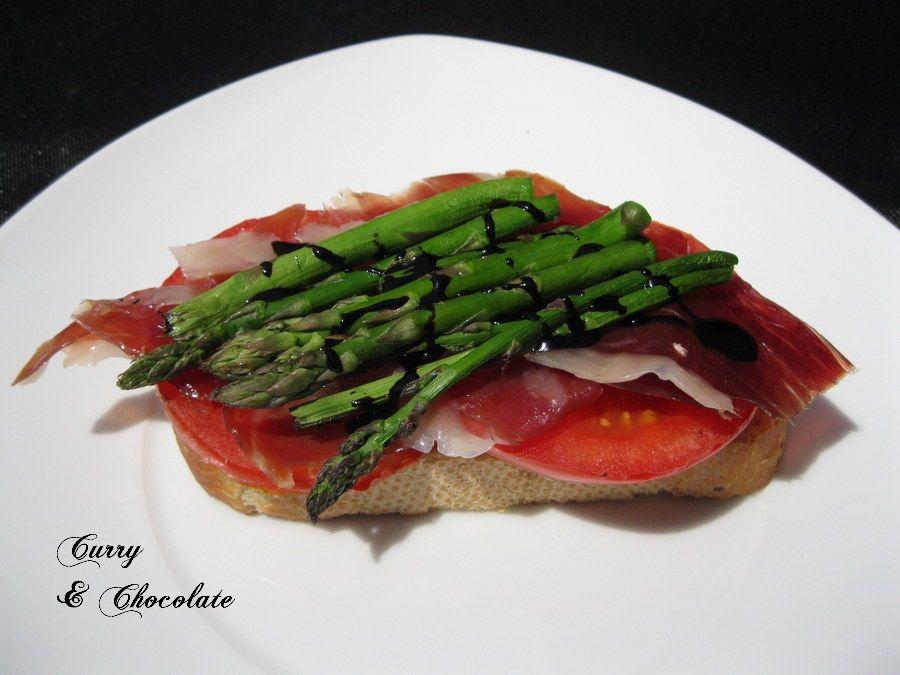 Tosta de tomate y trigueros hechos a la plancha con un poco de sal , acompañada de jamón ibérico y reducción de Módena.