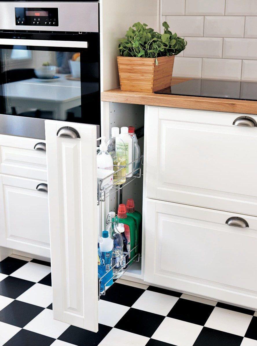 Ett modernt kök i rostfritt stål. kreativ fläkt med platsbyggd ...
