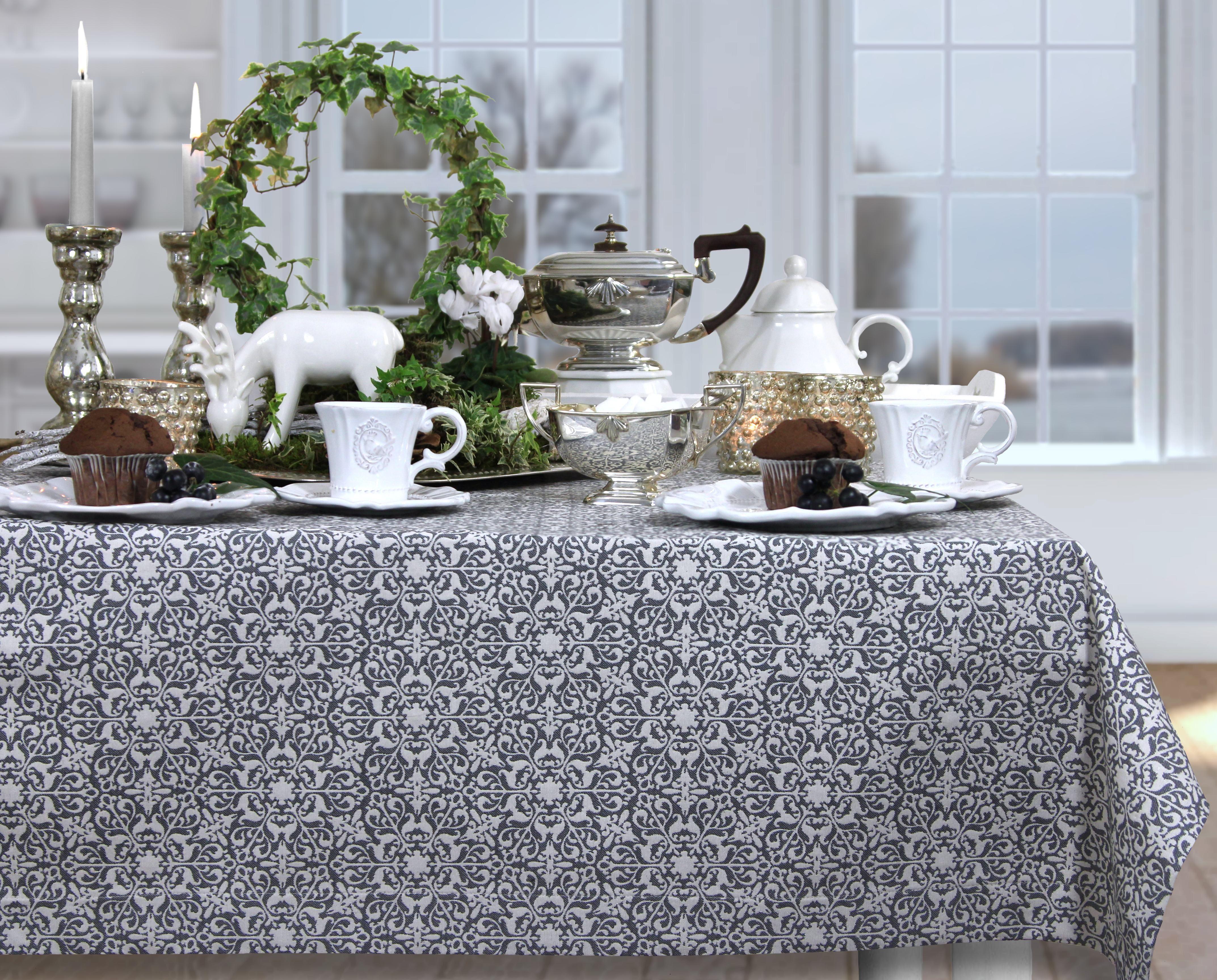 herbstlich gedeckter tisch zur teestunde in silber grau und wei tischdecke von sander. Black Bedroom Furniture Sets. Home Design Ideas