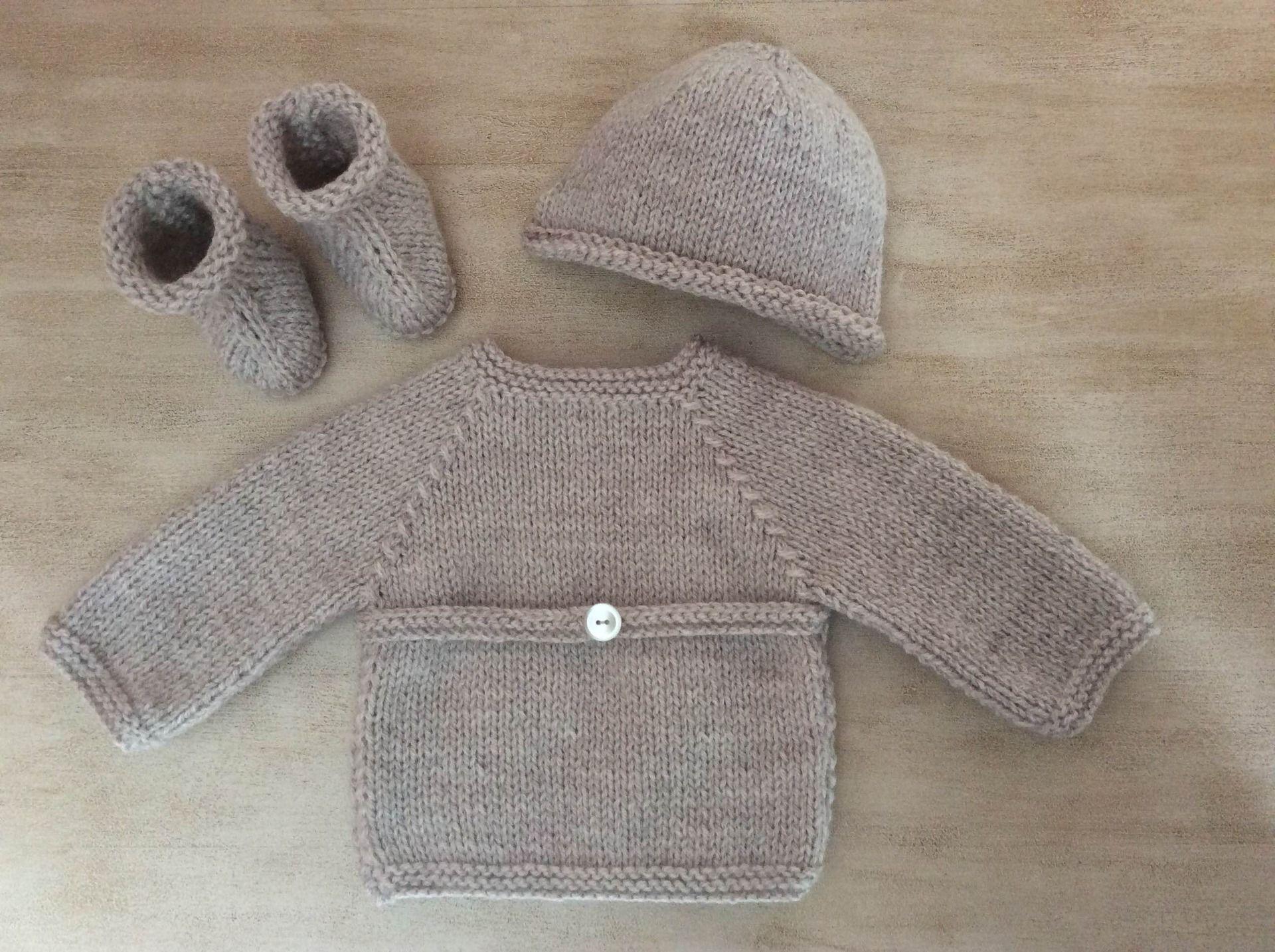 dd6284e84a49f Ensemble Bébé naissance à 1 mois Brassière croisée Chaussons Bonnet pointu  Tricot fait main en laine ...