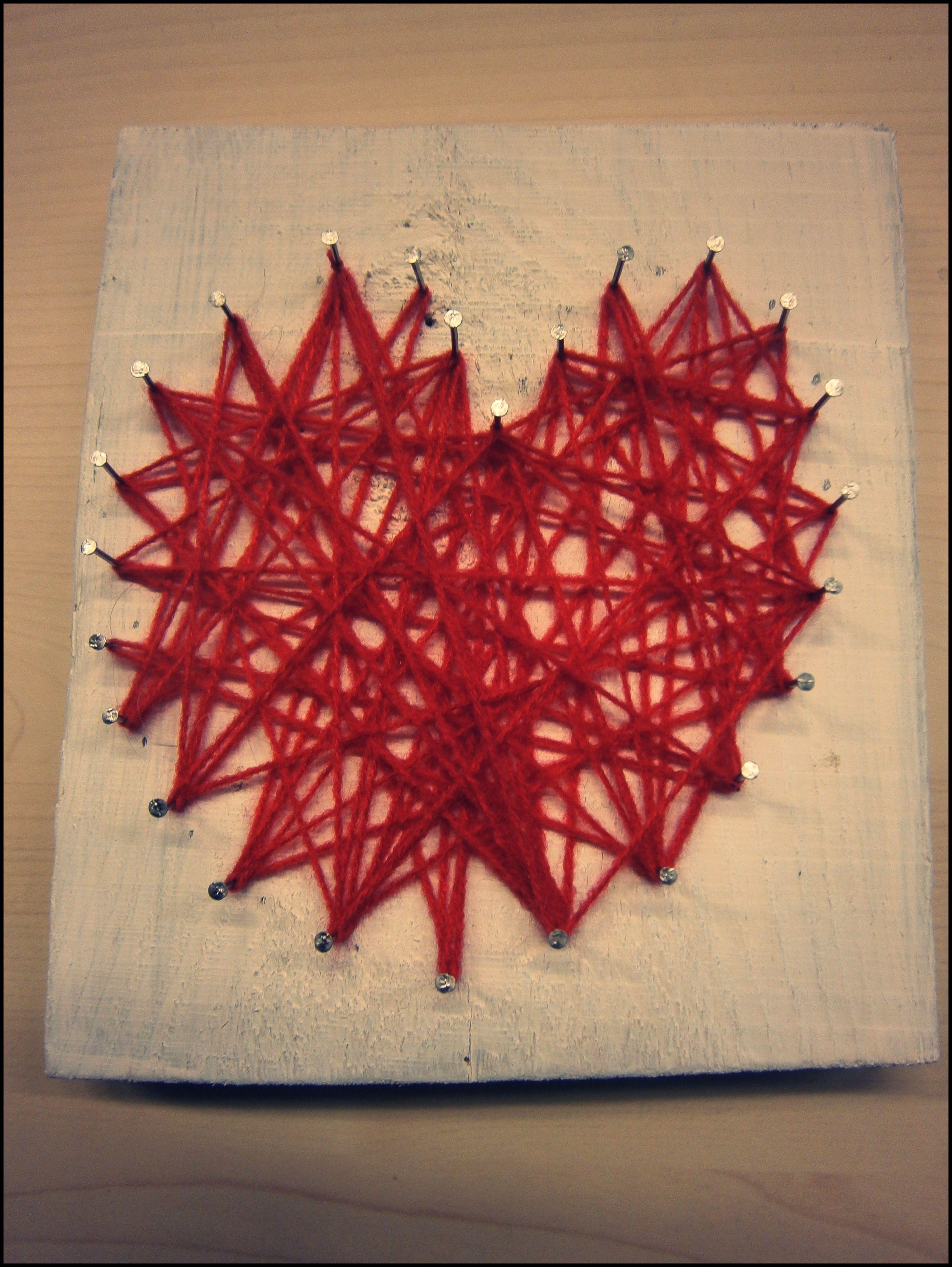 VALENTIJN - hout schuren - hout wit schilderen - vorm van hartje maken met spijkers en hamer - met rode wol de spijkers kris kras met elkaar verbinden Idee: juf Margie