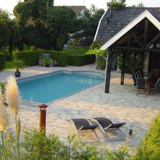 Bij dit folie zwembad in de tuin is een overkapping gemaakt zodat je er heel wat gezellige avonden kunt doormaken - Zwembadplein #outdoor #pool