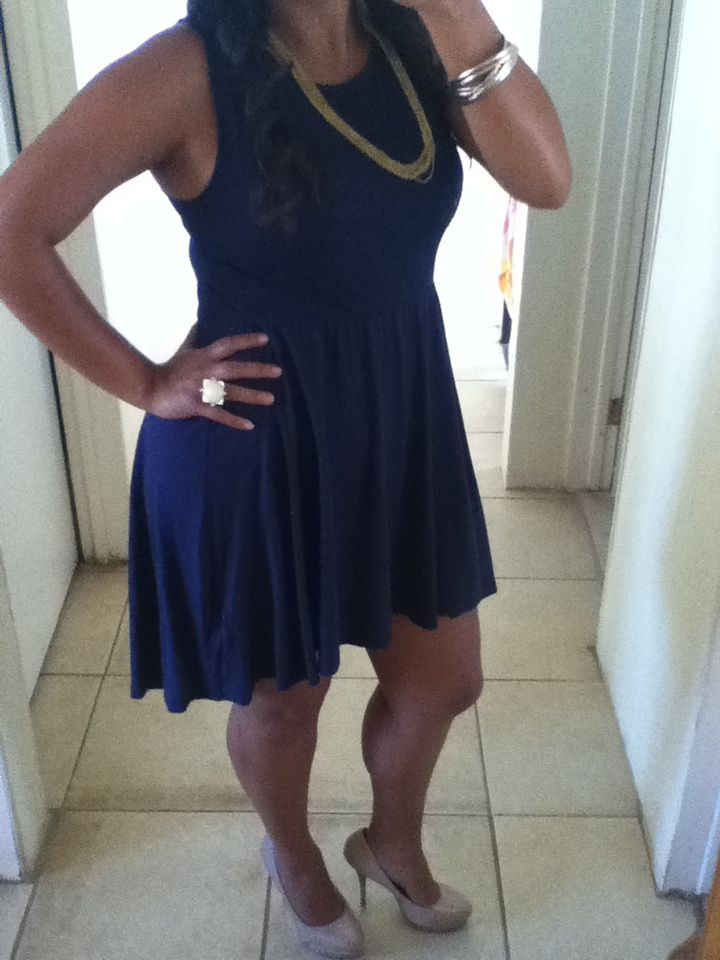 Vestido azul marino zapatos dorados