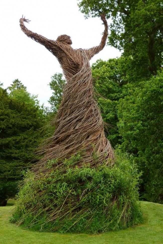 Gartenskulpturen Modern garten skulpturen frau kleid weidenruten gruen trocken garten