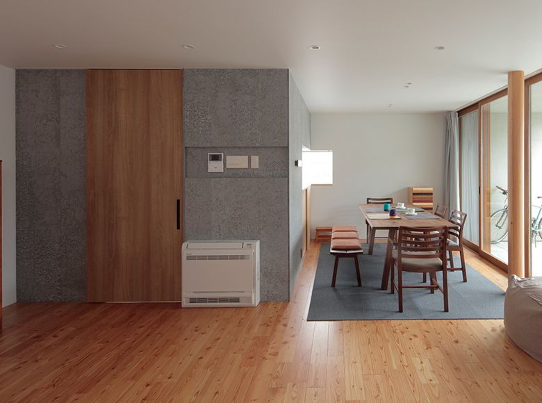 天井いっぱいの建具を色柄違いで使う 室内ドア リビング ドア