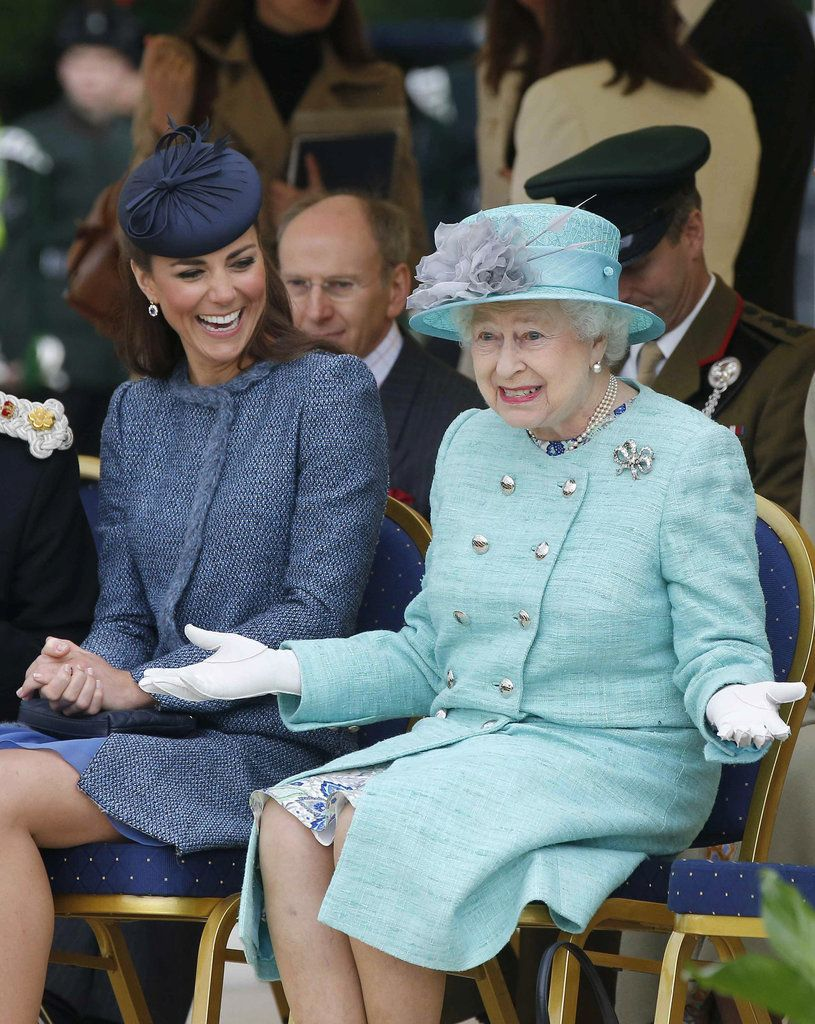 21 Awkward Interactions Between Kate Middleton And The Queen Queen Elizabeth Laughing Kate Middleton Queen Duchess Of Cambridge [ 1024 x 815 Pixel ]