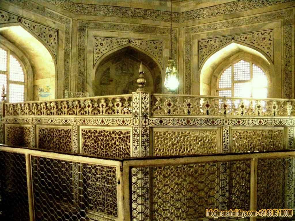 شاشة واقية مثمنة مصنوعة من اللوحات الرخامية مثقبة أو جالس مع حدود الرخام مطعمة يحيط قبور اثنين في الغرفة المركزية و Wonders Of The World Taj Mahal Landmarks
