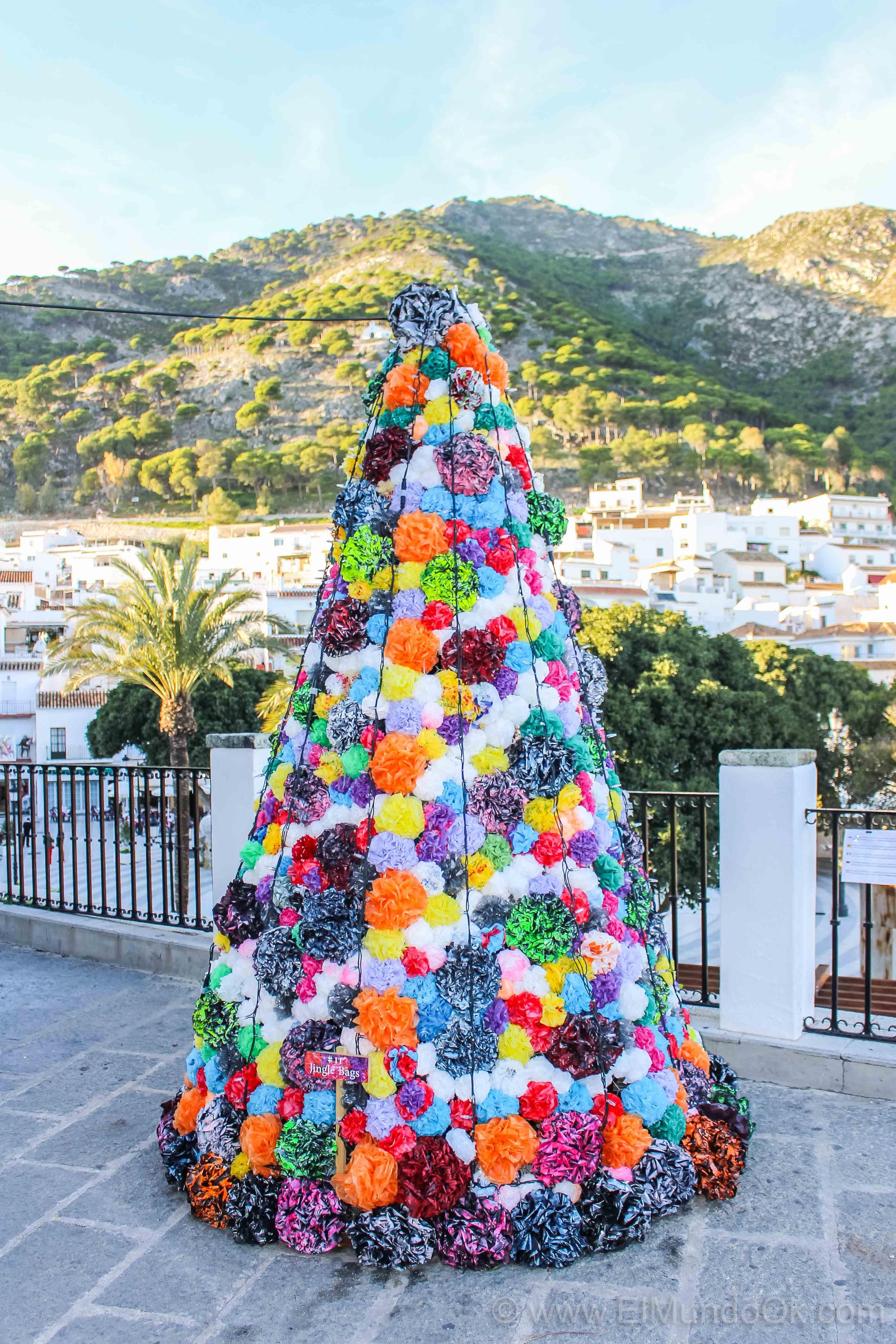 Feliz Navidad Con Este árbol Muy Especial De Bolsas De Plástico Reciclados Mijas Pueblo Reutilizar Botellas De Plástico Navidad Bolsas De Plástico Reciclado