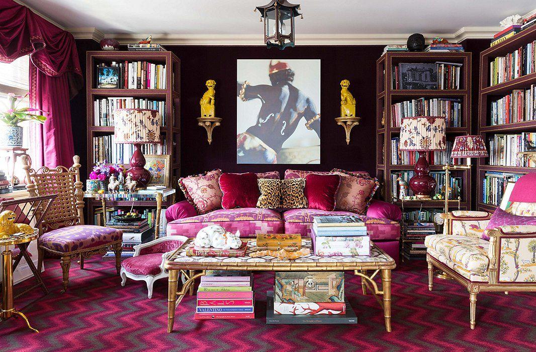 Rich tekstiilit luovat cocoonlike tuntuu kirjastossa.  Syvä lila sametti linjat seinät, ja etageres ominaisuus kangasta overlay.  Chevron matto on yksi Alex oman malleja Langhorne.