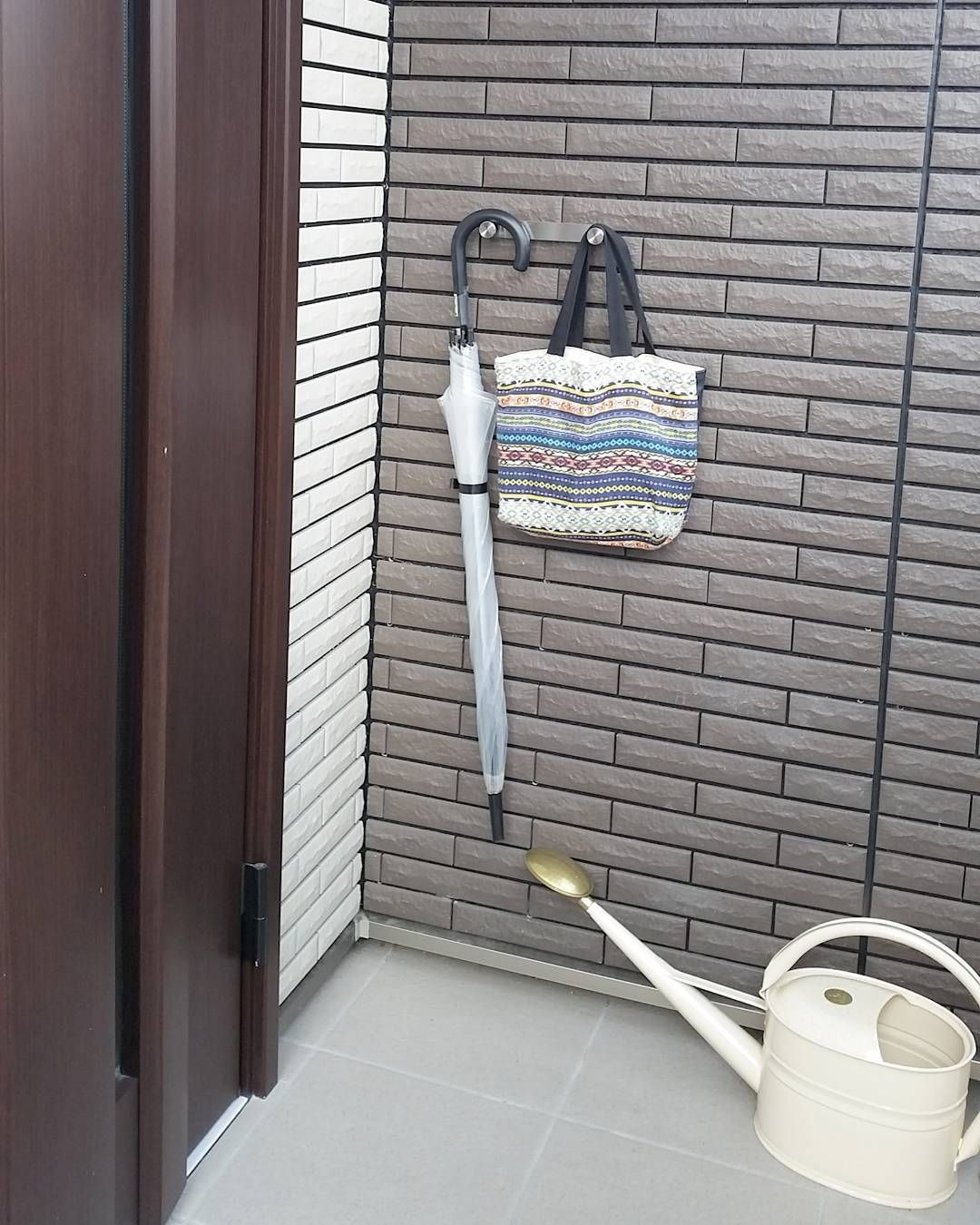 スマートな玄関に変身 かさばる 傘 の収納術15選 玄関 フック