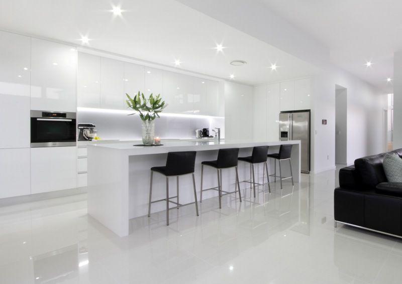 White Modern Kitchen With Island Bench And Stools Integral Lighting No Handle Cupboards Gloss Finish T Cocinas Modernas Decoracion De Cocina Cocinas De Casa