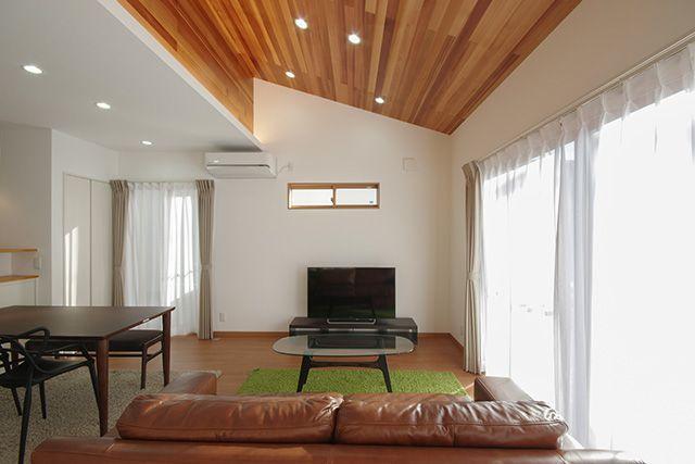 勾配天井 無垢パネル 間接照明のあるモダンハウス インテリア