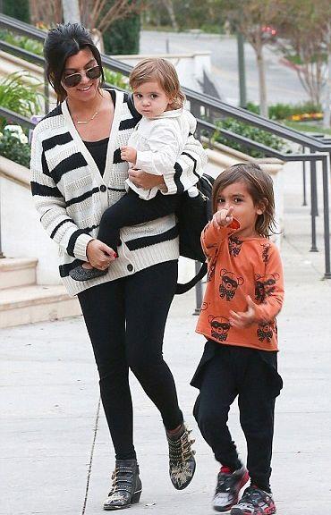 Kourtney Kardashian nosio Jennifer Meyer Nakit Love You Ogrlica Jennifer Meyer tipska pločica Ogrlica Chloe Suzanna booties